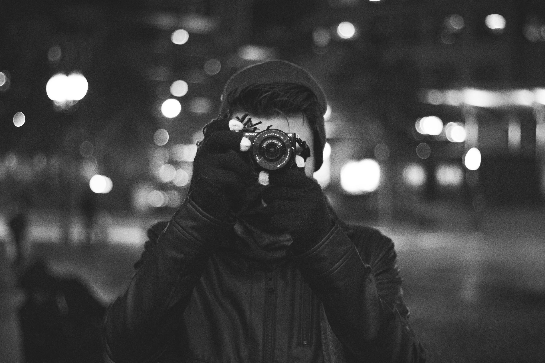 Homme en train de photographier la rue