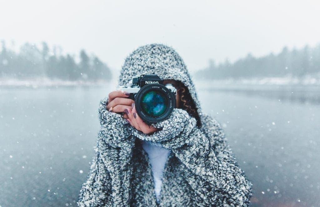 Femme en train de photographier un paysage